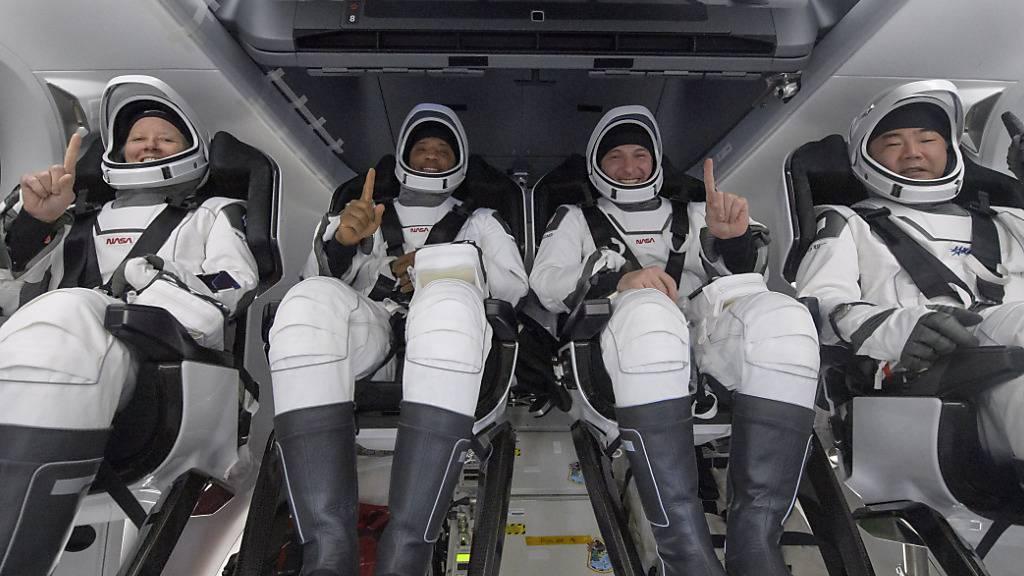 Die NASA-Astronauten Shannon Walker (l-r), Victor Glover, Mike Hopkins und der Astronaut der Japan Aerospace Exploration Agency (JAXA) Soichi Noguchi sitzen im Inneren des SpaceX Crew Dragon Resilience-Raumschiffs an Bord des SpaceX GO Navigator-Bergungsschiffs zu sehen, kurz nachdem sie im Golf von Mexiko vor der Küste von Panama City, Florida, gelandet sind.  Nach rund sechs Monaten an Bord der Internationalen Raumstation (ISS) sind vier Astronauten sicher auf der Erde zurück. Foto: Bill Ingalls/NASA/AP/dpa - ACHTUNG: Nur zur redaktionellen Verwendung und nur mit vollständiger Nennung des vorstehenden Credits