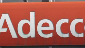 Nicht nur das Logo von Adecco ist rot, im vierten Quartal ist der Personalvermittler auch in die roten Zahlen gerutscht. (Archivbild)