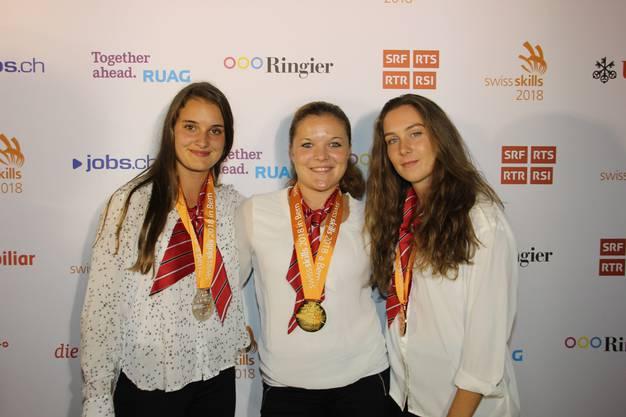 Die glückliche Gewinnerin Sarina Thommen umrahmt von der Zweitplatzierten Stefanie Lang aus Gelfingen LU und Orane Berger aus Saint-Blaise VD auf Platz 3..