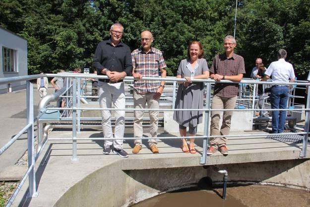 Die ausgebaute ARA in Umiken wird im Juni 2016 offiziell in Betrieb genommen (v. l.): Vizeammann René Fiechter von Schinznach-Bad, Gesamtprojektleiter Rolf Balz, Vizeammann Andrea Metzler sowie Stefan Zinniker Leiter Tiefbau bei der Stadt Brugg.