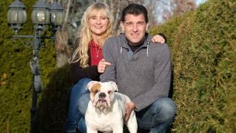 Simone und Sven J mit ihrer Englischen Bulldogge Marlon. Der 15 Monate alte Welpe ist Deutschlands erster Klon-Hund und kam in einem Labor in Seoul zur Welt. Die J.s beraten im Namen des koreanischen Unternehmens auch schweizerische Hinterbliebene von verstorbenen Haustieren, die klonen wollen.