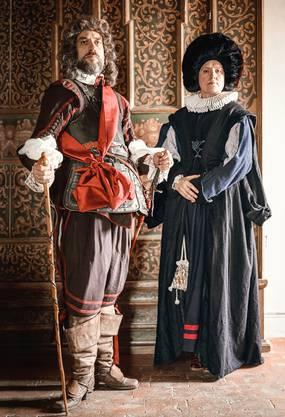 Modeschau mit Kleidern aus früherer Zeit.