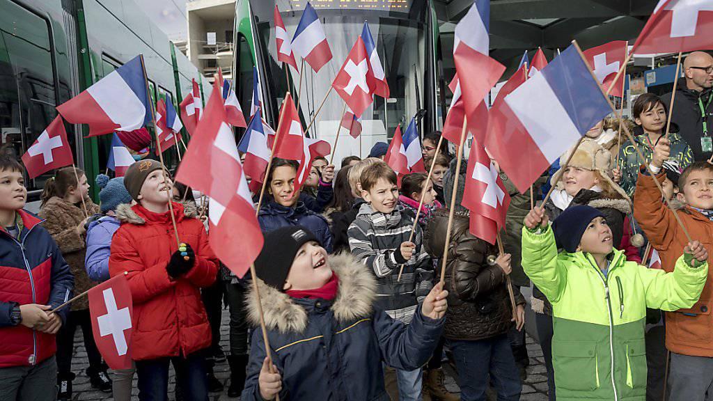 An der Grenze zwischen der Schweiz und Frankreich ist am Samstag die verlängerte Tramlinie 3 von Basel nach Saint-Louis offiziell eröffnet worden - zur Freude vieler.