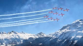 Die PC-7 Staffel bei ihrer Flugshow über dem Gelände in St. Moritz – kurz vor dem gefährlichen Zwischenfall mit der Seilbahn-Kamera.