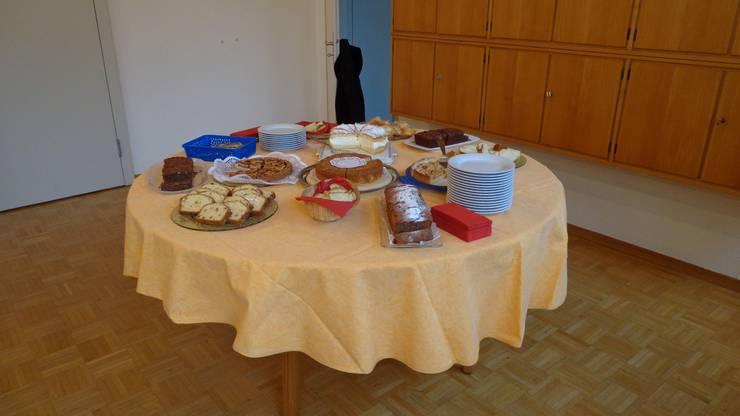Selbstgebackene Kuchen versüssten den interessanten Nachmittag mit der Lesung von Rosemarie Keller