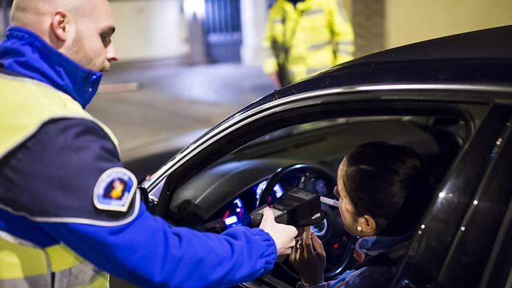 Am Wochenende erwischte die Kantonspolizei Solothurn 13 Autofahrer, die unter Alkohol- und/oder Drogeneinfluss unterwegs waren. (Symbolbild)