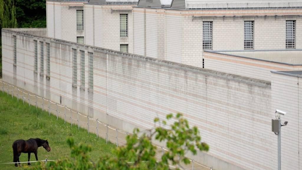 Das Gefängnis La Tuilière in Lonay VD: Hier beging der Ex-Gefängniswärter zwischen Dezember 2019 und Februar 2020 die mutmasslichen Taten. (Archivbild)