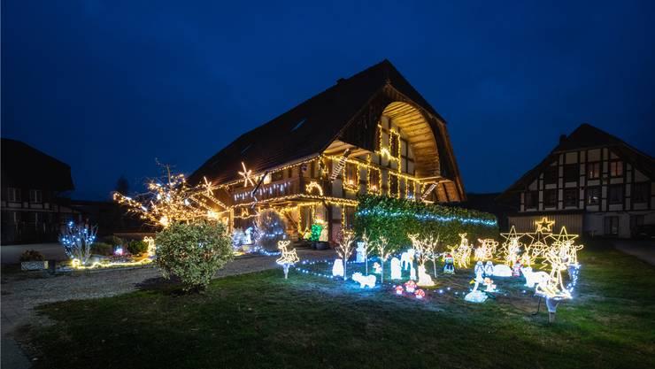 Haus Weihnachtsbeleuchtung.500 Meter Kabel Kommen Zum Einsatz Dieses Haus In Leuzigen