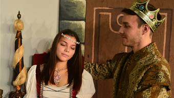Lukas Rhiner als Prinz Florimund macht sich daran, Maleewan Drieghe als Prinzessin Aurora wachzuküssen