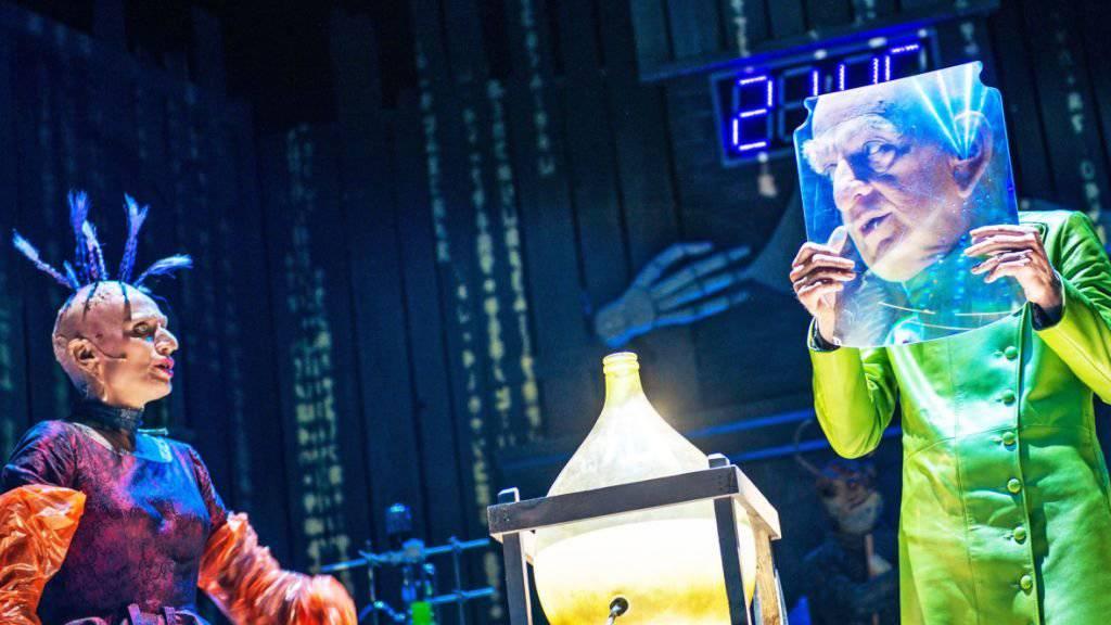 """Das Weihnachtsmärchen """"Der satanarchäolügenialkohöllische Wunschpunsch"""" von Michael Ende hatte am 10. November im Schauspielhaus Zürich Premiere."""