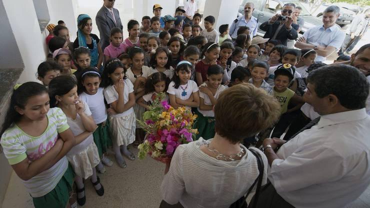Bundesraetin Simonetta Sommaruga, unten Mitte, bei ihrem Besuch einer mit Schweizer Hilfe renovierten Schule.