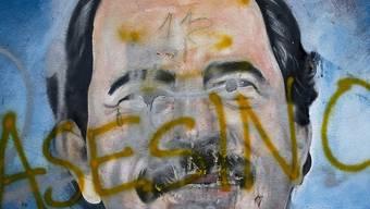 """Bild von Staatschef Daniel Ortega in den Strassen Managuas, mit der Aufschrift """"Mörder"""". Die Kirche hat Vermittlungsgespräche abgebrochen. Ortega habe sich nicht an Zusagen für eine internationale Untersuchung des gewaltsamen Todes von 180 Demonstranten gehalten. (Archiv)"""