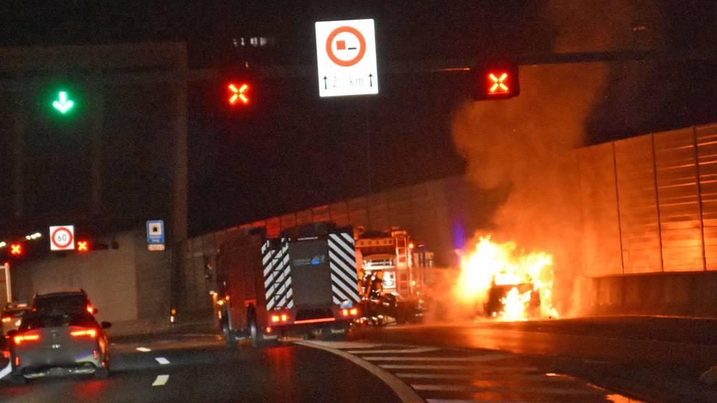 Auto gerät auf der A2 in Brand