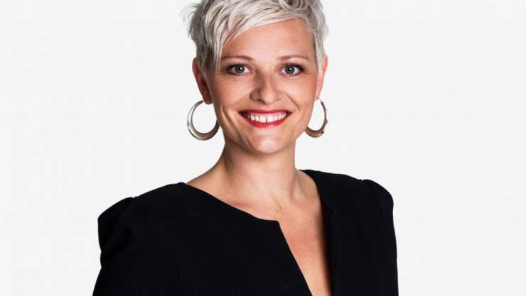 """Sieht sich nur ungern in den sozialen Medien: """"1 gegen 100""""-Moderatorin Susanne Kunz lässt sich kaum mit Fans fotografieren. (Bild SRF)"""
