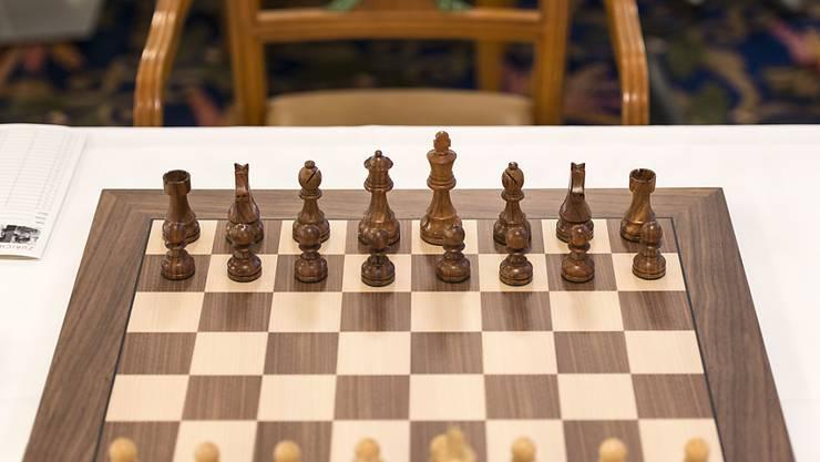 Die Schachfiguren in Ausgangsposition auf dem Brett (Archivbild)