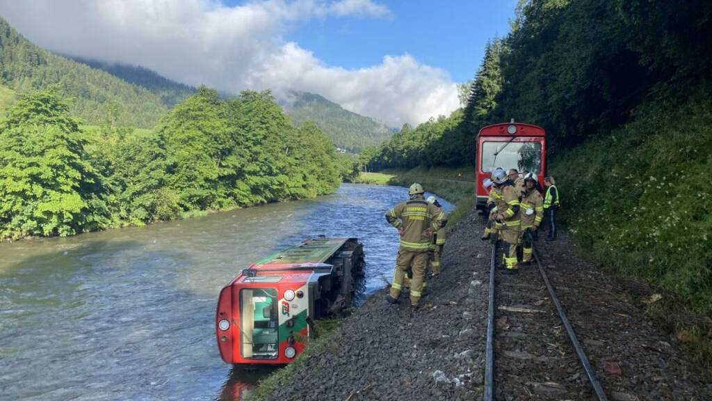 Zug mit 45 Kindern stürzt in Österreich in Fluss – 17 Verletzte