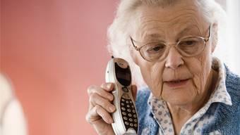 Einer der Betrüger gab sich am Telefon mit der Rentnerin als Bekannter aus, der für den Kauf einer Immobilie 40'000 Franken benötigte. (Symbolbild)