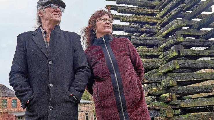 Horst und Birgit Lohmeyer vor ihrem Haus im «Nazi-Dorf» Jamel in Deutschlands äusserstem Norden. Fast alle der 40 Bewohner sind Neonazis. Bild: Ideologische Wandmalereien mitten im Dorf. Rock den Förster heisst das lokale Musikfestival.