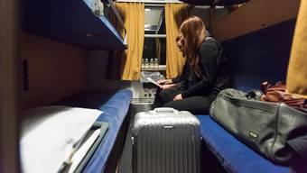 Passagiere in einem Schlafwagenabteil der ÖBB.