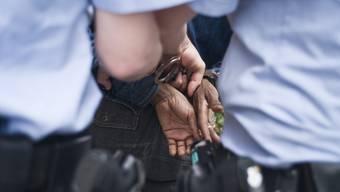 Mehrere Männer wurden bei der Kontrolle verhaftet (Symbolbild).