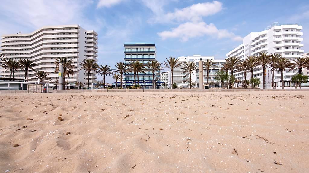 Die Strände in Mallorca dürften noch etwas länger leer bleiben: Der Strand «Can Pere» auf der Ferieninsel (Bild vom 12. April).