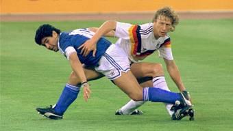 Guido Buchwald im Duell mit Diego Maradona