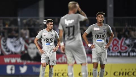 Ratlos, ratloser, FC Aarau: Nach der 2:4-Niederlage schauen die Spieler ins Leere.