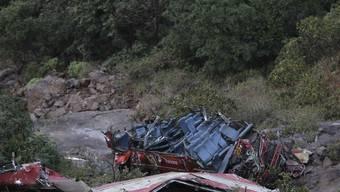 Das Wrack des Unfallbusses in der Schlucht