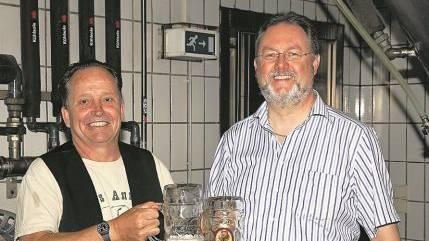 Alex Künzle (l., «Öufi»-Brauerei Solothurn) stösst mit Wolfram Hemmelmann (Keiler Bier GmbH, Lohr am Main) an.