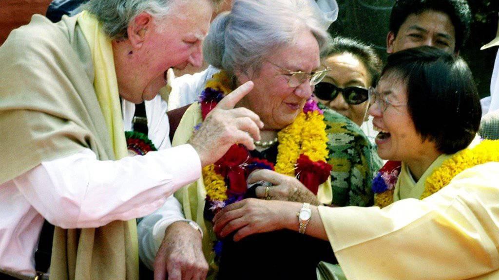 Die erste Frau, Junko Tabei (r), und der erste Mann, Edmund Hillary (l), auf dem Mount Everest bei einem Treffen in Katmandu (Archiv)