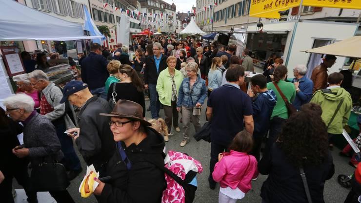 Schon kurz nach dem Mittag kam man fast nicht mehr durch die Menge des «Street Food Festivals» auf der Kirchengasse in Olten.