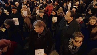 In Warschau haben mehr als tausend Menschen an einem Schweigemarsch für einen Regierungskritiker teilgenommen, der sich vor wenigen Wochen aus Protest gegen die nationalkonservative Regierung selbst angezündet hatte.