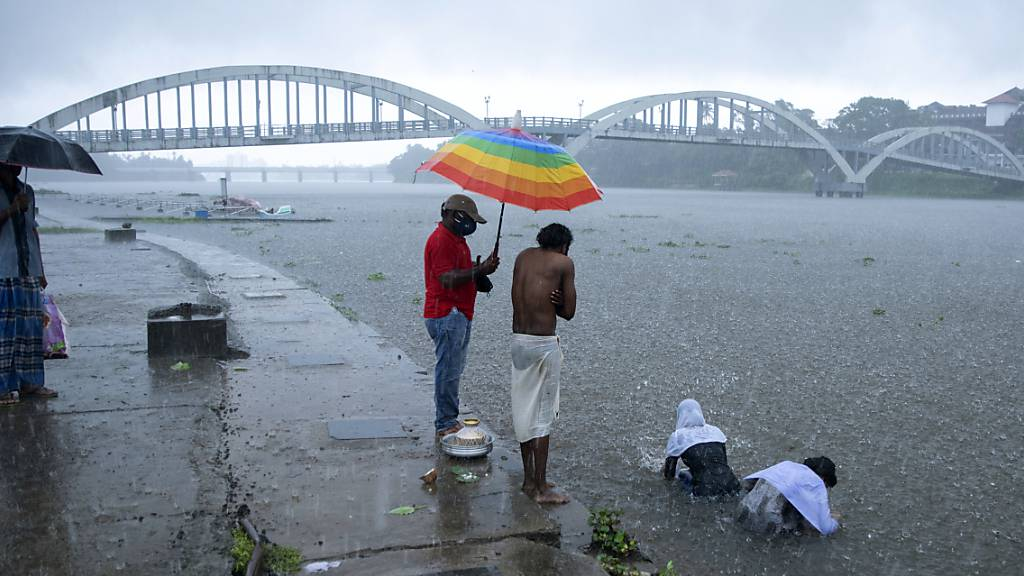 Ein Zyklon ist an der Westküste Indiens entlanggezogen und hat Medienberichten zufolge Menschenleben gefordert und für Verwüstung gesorgt.