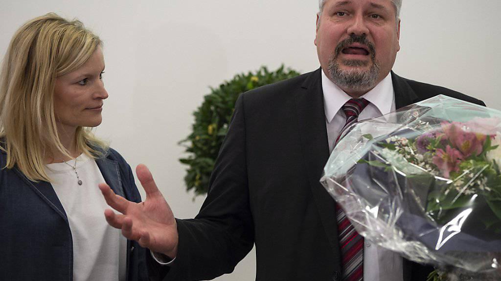 Das Winterthurer Stadtpräsidium bleibt in bürgerlicher Hand: CVP-Stadtpräsident Michael Künzle kurz nach Bekanntgabe des Wahlergebnisses. Neben ihm die unterlegene Konkurrentin Yvonne Beutler (SP).