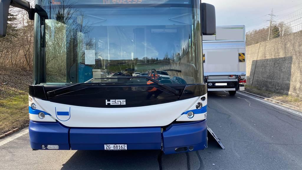 Linienbus und Auto streifen sich – Blechschaden