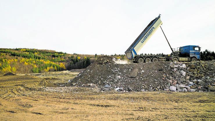 Noch entlädt Lastwagen um Lastwagen seine Ladung auf der Deponie Höli und alimentiert so die Bürgergemeinde-Kasse. 2021 ist Schluss damit.