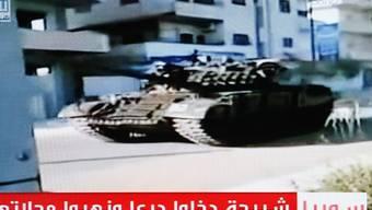 Ein Fernsehbild zeigt einen syrischen Panzer in Daraa