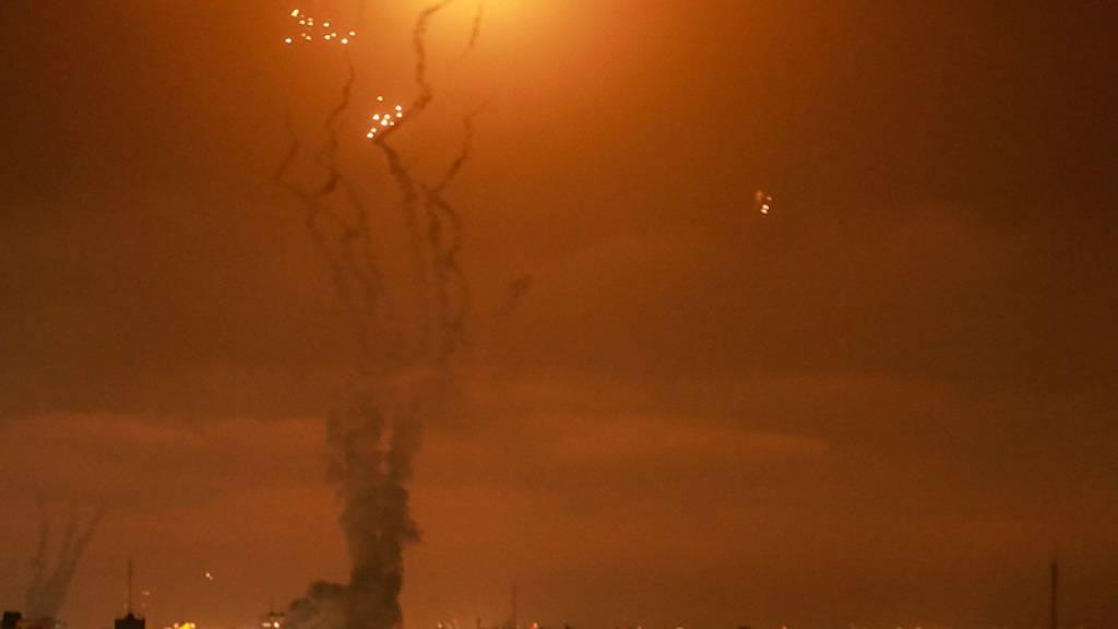 dpatopbilder - Israels Luftabwehrsystem fängt Raketen ab, die von der islamistischen Hamas aus dem Gazastreifen in Richtung Israel abgefeuert werden. Foto: Mohammed Talatene/dpa