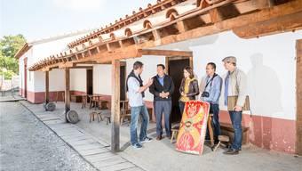Auf dem Legionärspfad: Kantonsarchäologe Georg Matter, Dasho Karma Weezir (Kulturminister von Bhutan), Rahel Göldi (Leiterin Römerlager), Karma Tenzin (Leiter Archäologie Bhutan), Archäologe Christian Bader (von links).