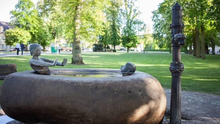Würde der Brunnen laufen, könnten wir dabei zugucken, wie sich die Kinder mit Wasser bespritzen.