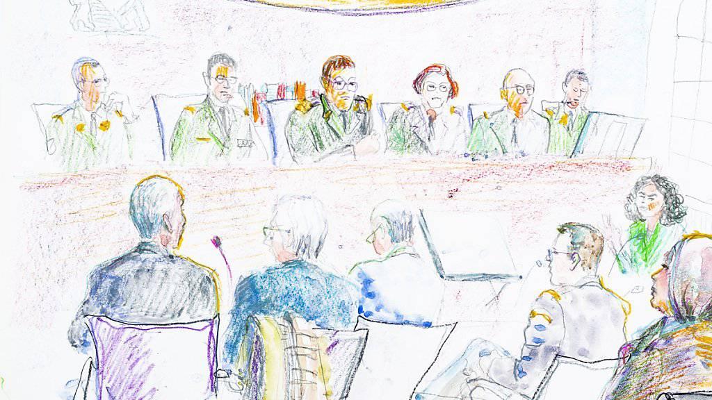 Der beschuldigte Grenzwächter, ganz links, während der Verhandlung vor dem Militärgericht: Der 58-Jährige wurde in zweiter Instanz insbesondere wegen Körperverletzung schuldig gesprochen. Von den schwersten Vorwürfen sprach ihn das Gericht aber frei. (Gerichtszeichnung)