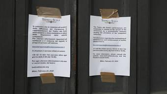 ARCHIV - Ein Aushang am Teatro alla Scala weist darauf hin, dass aufgrund der Ausbreitung des neuartigen Coronaviruses keine weiteren Aufführungen stattfinden werden. Foto: Antonio Calanni/AP/dpa