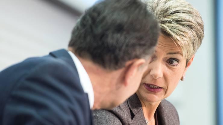 Parteipräsident Philipp Mueller (AG) und Karin Keller-Sutter (SG), von links, äussern sich während einer Pressekonfernz der FDP, über die Bilateralen, am Freitag, 9. Oktober 2015, in Bern.