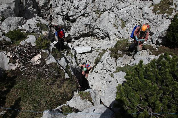 Die Retter vor dem Einstieg zur Riesending-Schachthöhle.