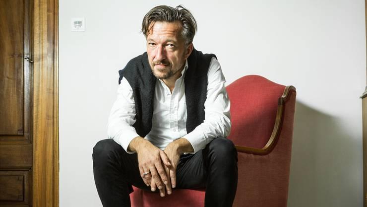 Der Autor Lukas Bärfuss ist überzeugt, dass Bundesräte ihr Parteibuch vor dem Bundesratszimmer ablegen.