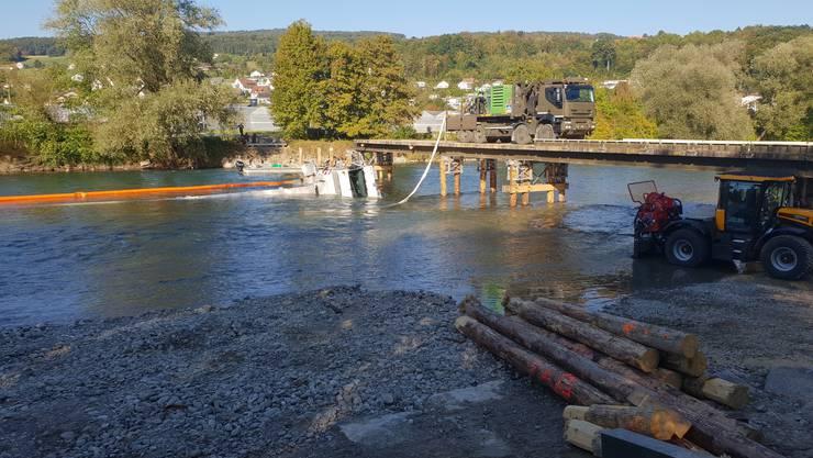 Von der provisorischen Brücke, die sich im Bau befand, kippte der weisse Armeekran unterhalb von Bremgarten in den Fluss.