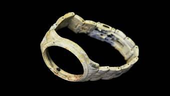 Eine Ausstellung im Friedhof Forum zeigt, was in der Asche von Verstorbenen übrigblieb, etwa diese Armbanduhr.