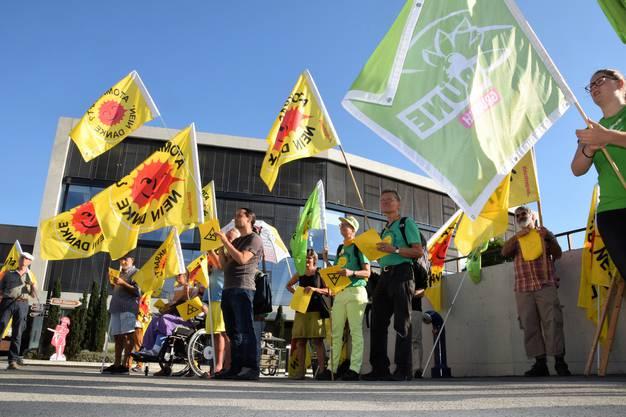 1500. Mahnwache der Atomkraftgegner vor dem Sitz des Ensi beim Bahnhof Brugg