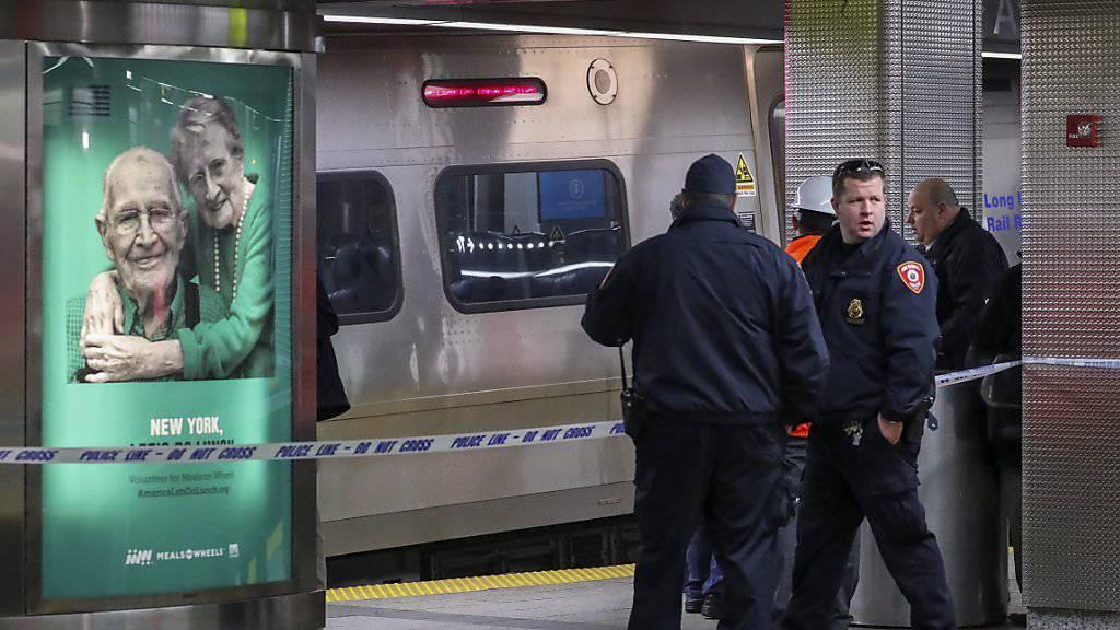 Der Lokführer eines Unglückszugs von New York kann sich nach eigenen Angaben nicht an die letzten Momente vor dem gestrigen Unfall erinnern. Rund hundert Menschen wurden verletzt, als der Zug in einen Prellbock fuhr.