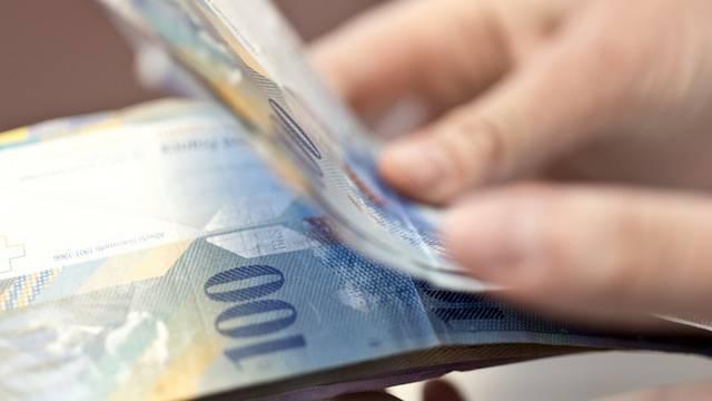 Schweizerinnen und Schweizer geben wieder mehr Geld aus